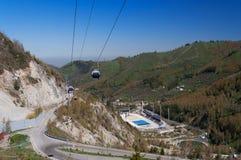 Stade de Medeo Patinage extérieur de vitesse et piste arquée dans une vallée de montagne Photos libres de droits