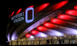 Stade de Nagyerdei avec les lumières rouges et blanches photos stock