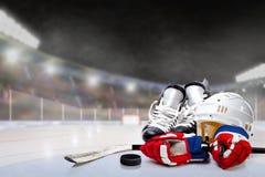 Stade extérieur d'hockey avec l'équipement sur la glace Photographie stock libre de droits