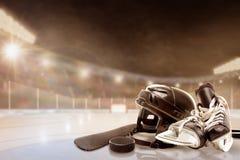 Stade extérieur d'hockey avec l'équipement sur la glace Images stock