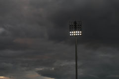 Stade léger ou sports s'allumant contre le raincloud Photographie stock