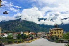 Staden av Arco i Italien royaltyfria bilder