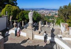 Staden av Braga som ses av trappuppgången av Bomen Jesus, gör uppifrån Monte Sanctuary royaltyfri fotografi