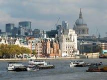 Staden av byggnation för london finansiell områdesvisning Arkivfoton