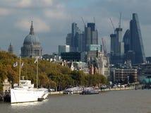 Staden av byggnation för ström för london finansiell områdesvisning Arkivbilder