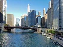 Staden av Chicago och Chicagoet River arkivbilder