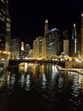 Staden av Chicago och Chicagoet River på natten arkivfoto