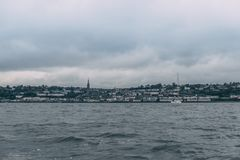 Staden av Cobh, som sitter på en ö i korkcity'shamn, som sett från havet Arkivbild