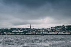 Staden av Cobh, som sitter på en ö i korkcity'shamn, som sett från havet Royaltyfria Foton