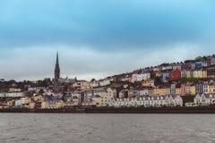 Staden av Cobh, som sitter på en ö i korkcity'shamn, som sett från havet Royaltyfri Fotografi