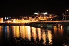 Staden av Coimbra på natten royaltyfria foton