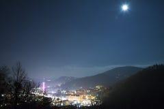 Staden av Gatlinburg på natten med en fullmåne. Fotografering för Bildbyråer