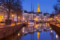 Staden av Groningen, Nederländerna med A-kerk på natten Arkivbild