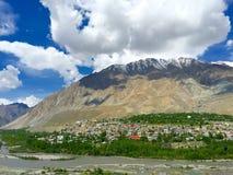 Staden av Kargil kura ihop sig nedanför ett berg Royaltyfria Foton