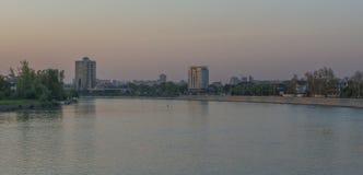 Staden av Krasnodar, reflexionen för Kuban flodhus i vattnet panorama royaltyfria foton