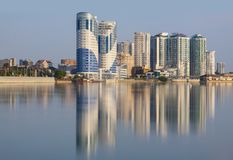 Staden av Krasnodar, reflexionen för Kuban flodhus i wen arkivbilder