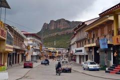Staden av Langmusi, Amdo Tibet, Kina Folket rider motorn arkivfoton