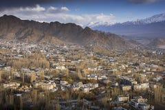 Staden av Leh, huvudstad av Ladakh lokaliserade i den norr Indien Beskådat från den Leh slotten Arkivbild