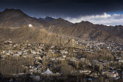 Staden av Leh, huvudstad av Ladakh lokaliserade i den norr Indien Beskådat från den Leh slotten Arkivfoton
