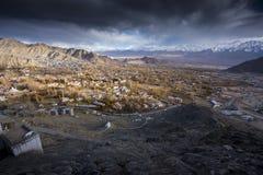 Staden av Leh, huvudstad av Ladakh lokaliserade i den norr Indien Beskådat från den Leh slotten Royaltyfri Bild