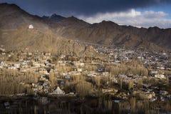 Staden av Leh, huvudstad av Ladakh lokaliserade i den norr Indien Beskådat från den Leh slotten Royaltyfri Foto
