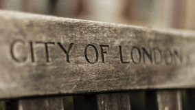 Staden av London inristade på bänk Royaltyfria Foton