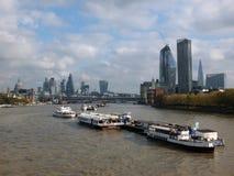 Staden av london och nya nybyggen på den södra banken Arkivfoto