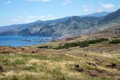 Staden av Machico, som förbises av Eagle Rock, är i det östliga området av madeiran arkivbilder