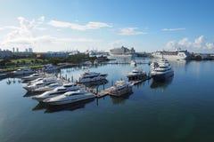 Staden av Miami, Florida reflekterade i den Biscayne fjärden royaltyfri bild