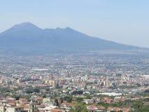 Staden av Naples från över Napoli italy Vesuvius vulkan bakom Kors för ortodox kyrka och månen royaltyfri bild