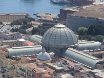 Staden av Naples från över Napoli italy Vesuvius vulkan bakom Kors för ortodox kyrka och månen arkivfoto