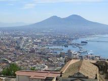 Staden av Naples från över Napoli italy Vesuvius vulkan bakom Kors för ortodox kyrka och månen arkivbilder
