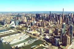 Staden av New York är en fågel`-s-öga sikt Skyskrapor av cien royaltyfri fotografi