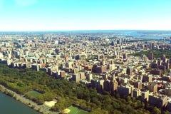 Staden av New York är en fågel`-s-öga sikt Skyskrapor av cien arkivbild