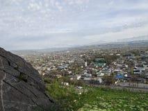 Staden av Osh Sikt från monteringen Sulaiman-Too Royaltyfria Bilder
