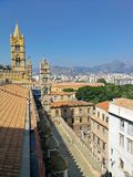 Staden av Palermo och bergen i bakgrunden arkivbilder