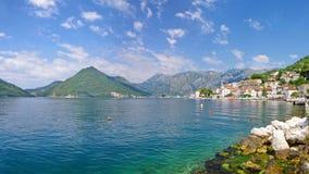 Staden av Perast i Montenegro ?r ett stort st?lle f?r sommarferier royaltyfri bild