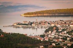 Staden av Rab, kroatisk turist- semesterort som är berömd för dess fyra klockatorn royaltyfri bild