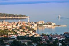 Staden av Rab, kroatisk turist- semesterort som är berömd för dess fyra klockatorn royaltyfria bilder