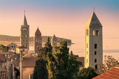 Staden av Rab, kroatisk turist- semesterort som ?r ber?md f?r dess fyra klockatorn arkivfoto