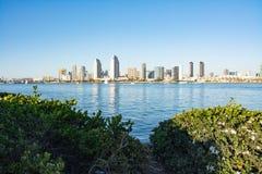 Staden av San Diego från över fjärden Arkivfoton