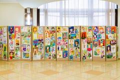 Staden av Saratov, Ryssland, December 8, 2017: Konkurrens av teckningar för barn` s Utställning av konst för barn` s royaltyfri bild