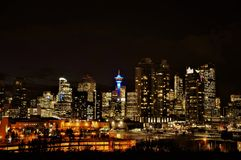 Staden av sikten för Calgary den upplysta i stadens centrum horisontnatt arkivfoto