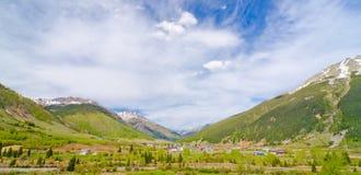Staden av Silverton kura ihop sig i de San Juan bergen i Colorado Arkivfoto