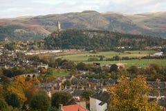 Staden av Stirling som ses från den Stirling slotten royaltyfri foto
