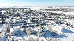 Staden av Suzdal Vinter Fågel`-s-öga sikt av kupolen av kyrkan Snow faller Kupol i snön arkivfilmer