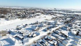 Staden av Suzdal Vinter Fågel`-s-öga sikt av kupolen av kyrkan Snow faller Kupol i snön stock video