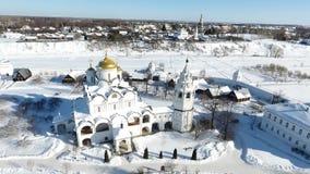 Staden av Suzdal Vinter F?gel`-s-?ga sikt av kupolen av kyrkan Snow faller Kupol i sn?n stock video