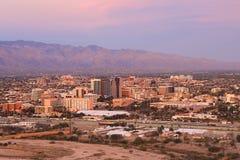 Staden av Tucson på skymning Arkivbild