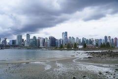 Staden av Vancouver - dramatisk himmel - VANCOUVER - KANADA - APRIL 12, 2017 Royaltyfri Bild